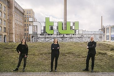 Elise Schwarz, Angela Weißköppel, Jörg Maier-Rothe auf dem Campus Wilhelminenhof