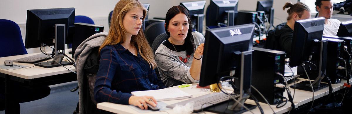 Zwei Studentinnen im Labor