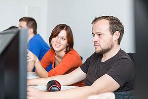Studentin und Student am PC