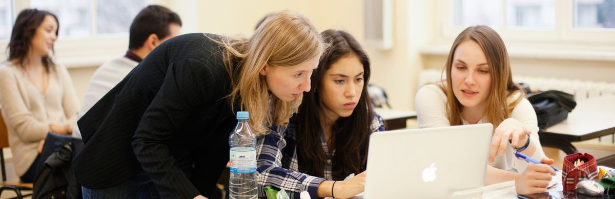 Drei Studentinnen arbeiten an einem Laptop