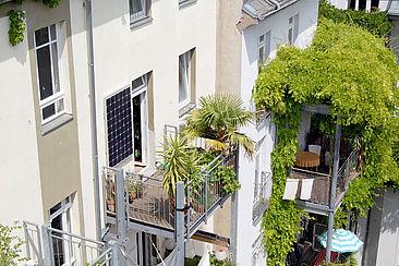 Steckersolargerät auf einem Balkon
