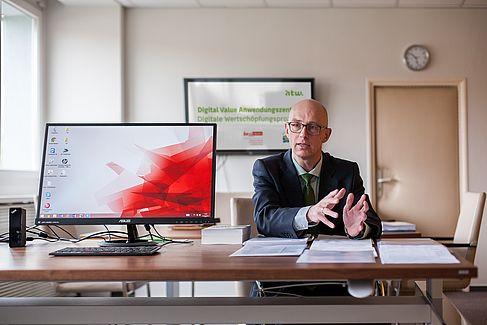 Prof. Dr. Matthias Hartmann in seinem Büro